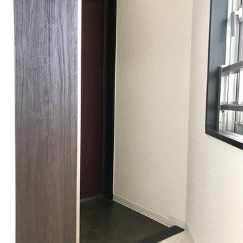 玄関。シューズクローゼットの扉に全身鏡がついてるので、お出かけ前の身だしなみチェックも◎※写真は前回募集時のもの