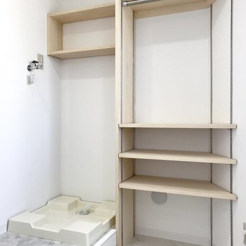 左は洗濯機置き場で、右は棚。棚の部分は洋服の収納でも良いかも!※写真は前回募集時のもの
