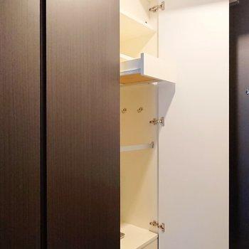 扉に近い靴棚には、引き出し付き。ちょっとした小物を入れておくと便利かもしれません。