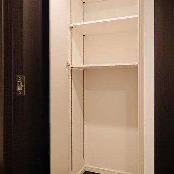 手前の収納は、棚を自由に動かせます。