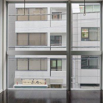 【洋室】壁いっぱいに取られた窓の採光は、ほとんど明かりをつけなくてもいいほど。