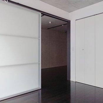 【洋室】開いた状態では、室内が広く感じられます。