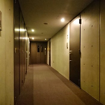 共用部もコンクリートを覆っていないため、現代的な雰囲気を受けます。