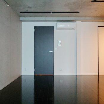 【LDK】コンクリートがむき出しの、モダンな内装ですよ。