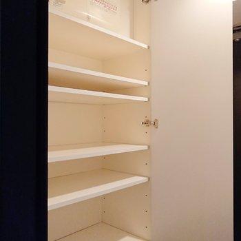 手前の靴棚は横幅があります。