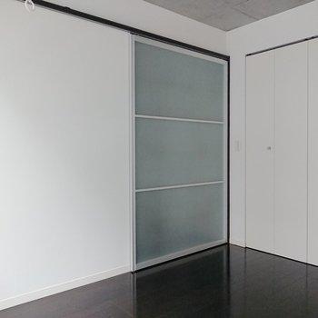 【洋室】就寝時には、引き戸を閉めれば落ち着きのある空間になりますよ。