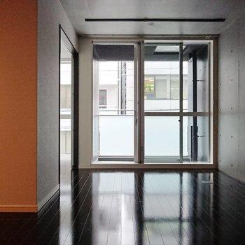 【LDK】大きく取られた窓は、光を最大限に取り込もうとしています。