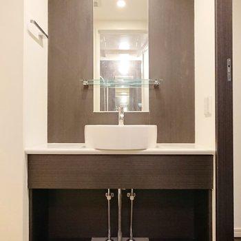 陶器の手洗器とこげ茶色の組み合わせが、シックな中に軽やかさを覚えます。