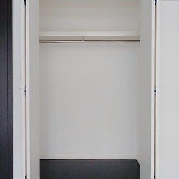 【洋室】クローゼットのサイズは十分ですね。