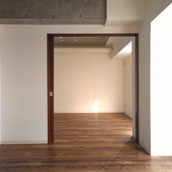 リビング横は6.3帖の洋室。扉を開けると広く感じられますね〜