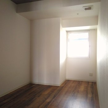 もう一つの6帖の洋室。こちらは北向きの窓がついてます、優しい光