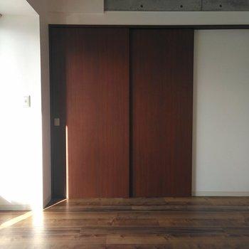 扉を閉めても西側の窓があるので明るい