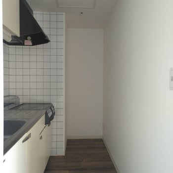 キッチンまわりは狭め、冷蔵庫置場は奥になりますがサイズを要確認下さい