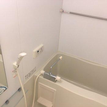 お風呂。普通サイズ。(※写真は1階の反転間取り別部屋のものです)