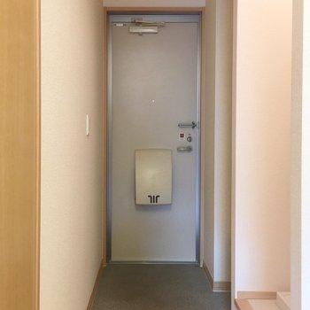 玄関も割と広め〜!(※写真は1階の反転間取り別部屋のものです)