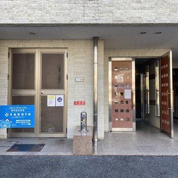 左側はゴミ置場、茶色のドアが玄関です。