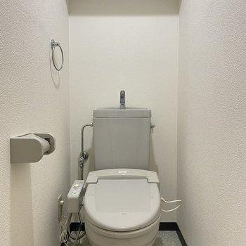 シンプルなトイレです。上部に収納あります!