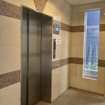 5階なのでエレベーターを使いましょう。