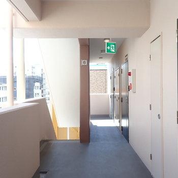 共用部】風のよく通る廊下です。