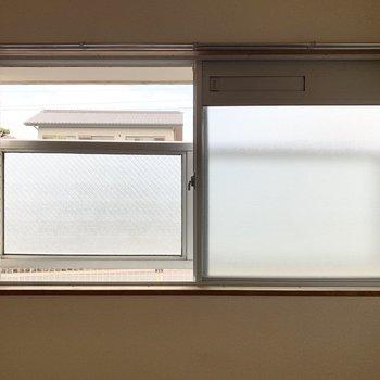 洋室の腰窓は全て外側に目隠しのガードが付いています。