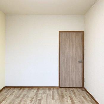【洋6−1】イエローのクロスがかわいいシンプルな6帖のお部屋です。