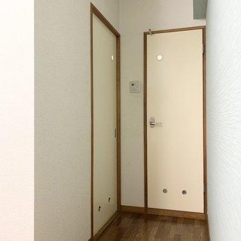明かり窓と換気窓の丸がかわいい水廻りのドア。引戸がユーティリティ、正面がおトイレです。