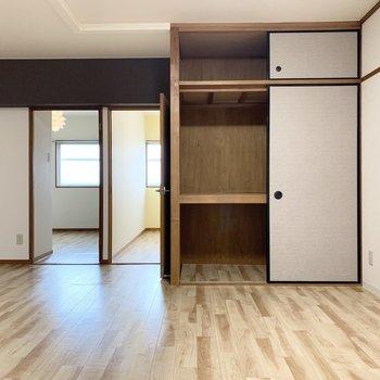 押入収納と洋室へのドア。
