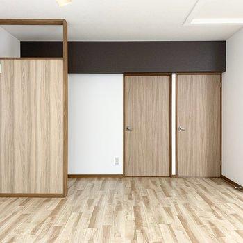 梁のカラーと木調のパーテーションが素敵◎