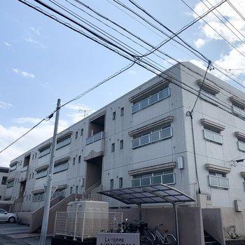 3階建ての鉄筋コンクリートのマンションです。