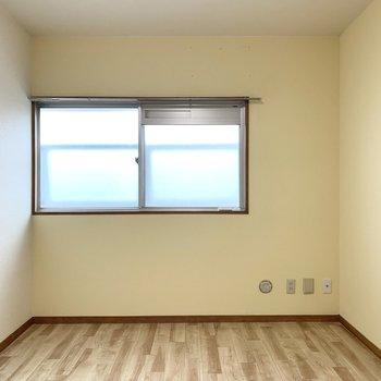 【洋6−1】さて、洋室を見ていきましょう。まずはLDK押入の後ろから。