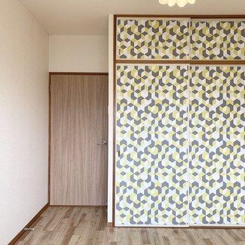 【洋6−2】こちらは収納の扉が印象的です。