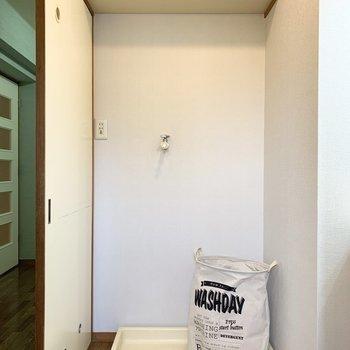 洗濯機置場は上部に棚付。