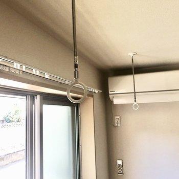 室内干し用の竿掛けも付いています。