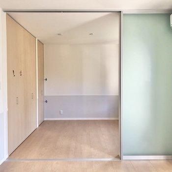 【LDK】キッチンから見たリビングです。シンプルな内装ですが優しい雰囲気のお部屋です。