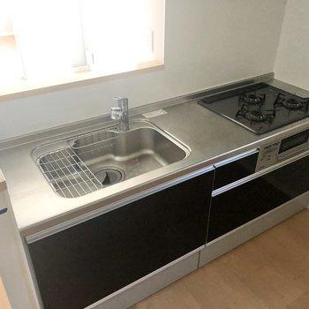 【LDK】シンク、調理スペースが広くて、コンロも3つあります。