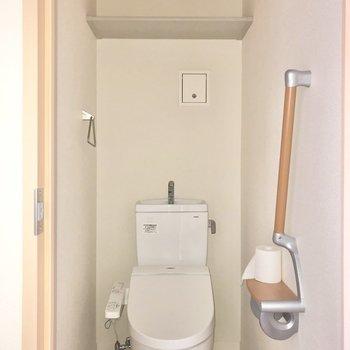 トイレは玄関側にあります。手すりが付いていたり、棚があったり細かな配慮があります。※通電前のためフラッシュ撮影をしています