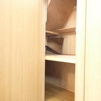 階段下収納です。小物整理によさそう。