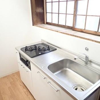 さてキッチン。奥のスペースは冷蔵庫かと思いきや、物置かな?耐熱のものを!