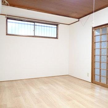 【洋室6.0帖】小窓があります。明るさ&通風!
