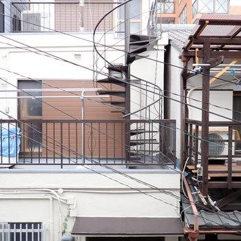 【和室6.0帖(奥)】窓からは向かいのお家と路地が見えます。