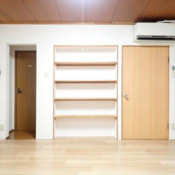 【洋室6.0帖】さてお隣。本棚みたいなのがあります!左はトイレ。右は2階と水回りへ