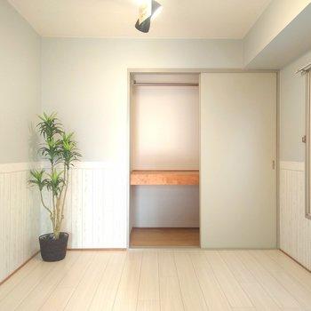 玄関横の洋室はぜひ寝室に。素朴で落ち着く色合いのお部屋