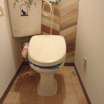 ヘリンボーンの壁紙とタイル柄の床が家とは思えないほどオシャレなおトイレ
