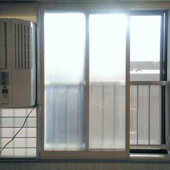 左の機械はエアコンです。エアコンの設置のため窓は4分の1くらいしか開きません