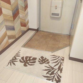 カラフルなヘリンボーンの壁紙がステキな玄関スペース。広さには余裕があります