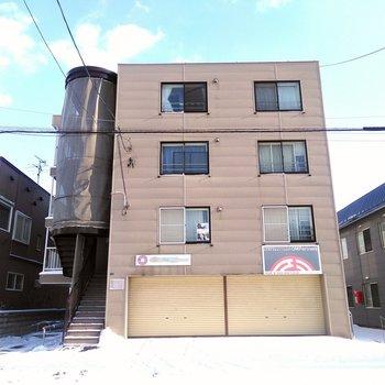 四角い箱と外階段の建物