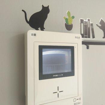 カメラ付きドアホン、ネコのステッカーを貼るとかわいらしい