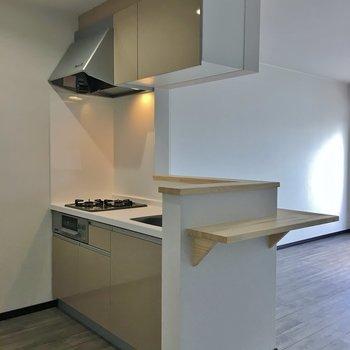 キッチンは2口コンロにグリル付き。※写真は3階の同タイプのもの