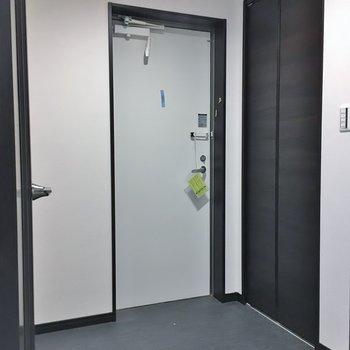 玄関はフラットです。※写真は3階の同タイプのもの