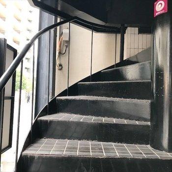 共用部】螺旋階段を上ってすぐの所にお部屋があります。
